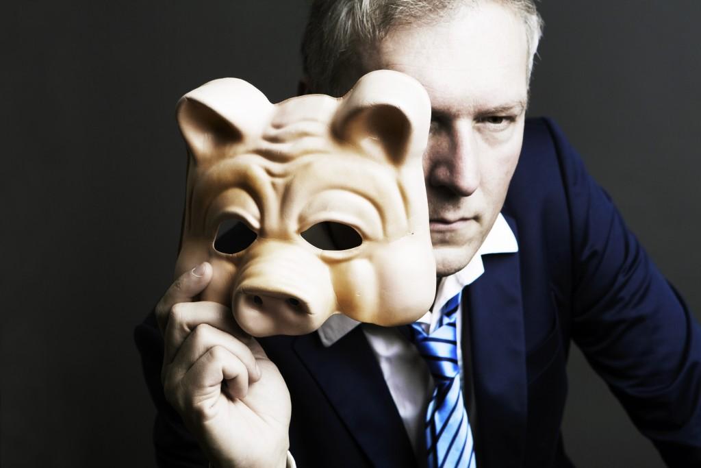 豚のマスクの男