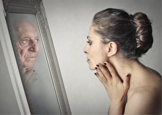若い女性と鏡の老婆