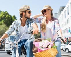 買い物を楽しむカップル