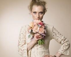 花束と女性モデル