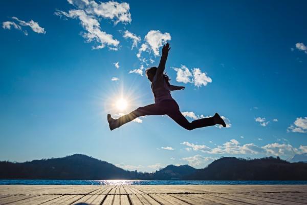空にジャンプするイメージ