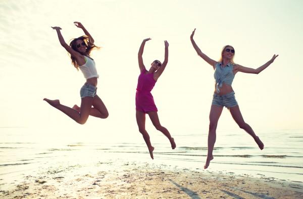 ジャンプする女性イメージ