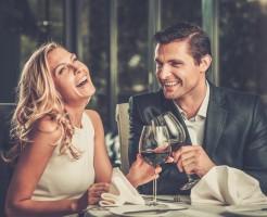 会話を楽しむカップルイメージ