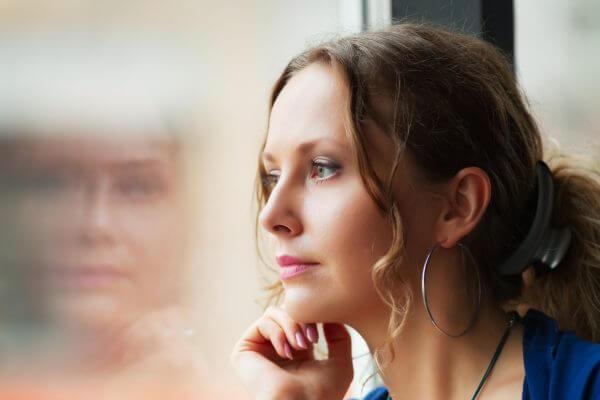 劣等感を感じる女性イメージ